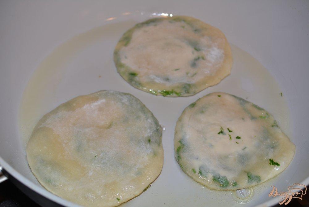Фото приготовление рецепта: Китайские лепешки с зеленью шаг №11