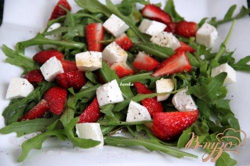 Салат из рукколы и клубники с перчинкой