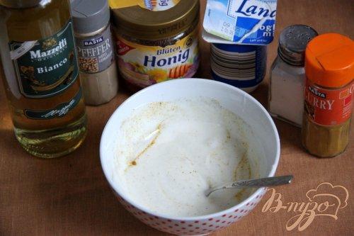 Салат из курицы, ананаса и перца под йогуртовой заправкой