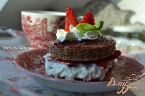 Пирожное с клубникой и взбитыми сливками