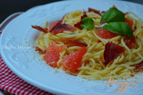 Спагетти с кусочками  ветчины и грейпфрутом