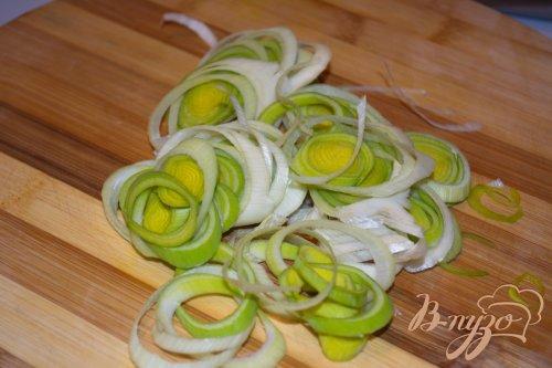 Салат с ветчиной и луком пореем