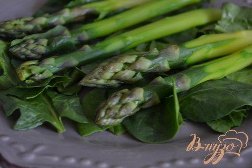 Салат со шпинатом , зеленой спаржей и яйцом