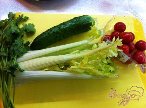 Салат овощной с курицей и ананасом