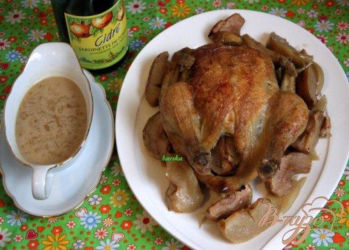 Курица, запечённая в сидре, с яблоками и луком
