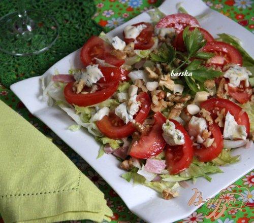 Салат с ветчиной, томатами, горгонзолой и орехами