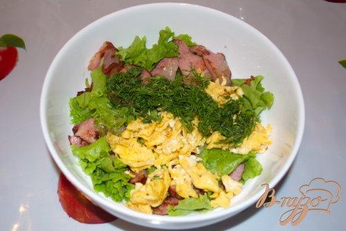 Салат с беконом, салатными листьями и яйцом
