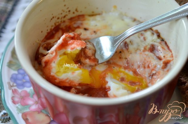 Запеченный яйца в остром томатном соусе