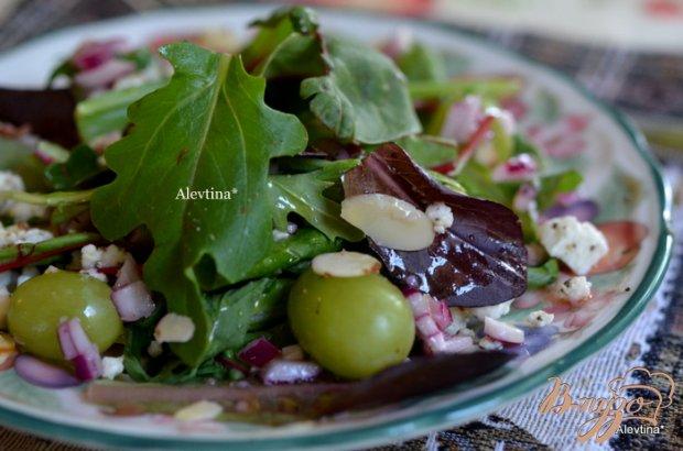 Салат с виноградом и миндалем