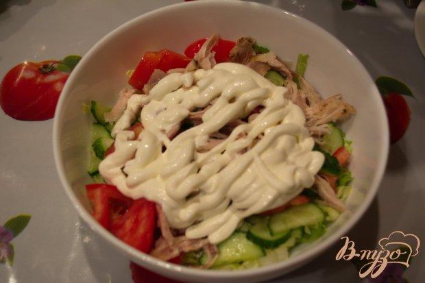 Капустный салат с огурцом и курицей