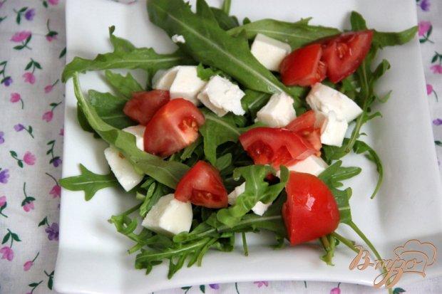 Салат из руколлы, клубники и моцареллы