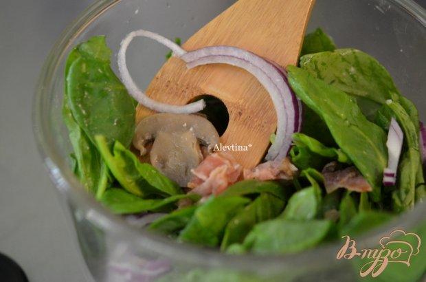 Шпинатный салат с яйцом, беконом и грибами