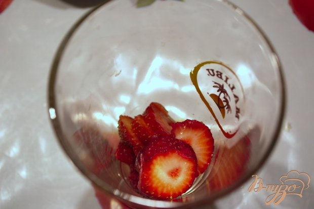 Пудинг из белого шоколада с клубникой и ромом