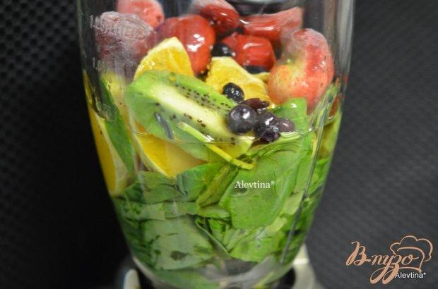 Шпинатный напиток с ягодами и киви