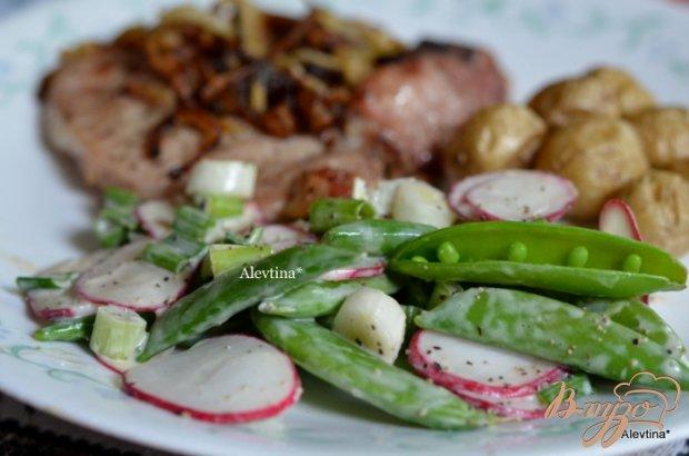 Свиные отбивные с зелеными стручками горошка и редисом