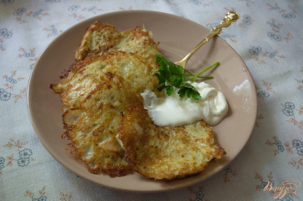 Фото приготовление рецепта: Драники из молодой картошки с рубленной курицей шаг №6
