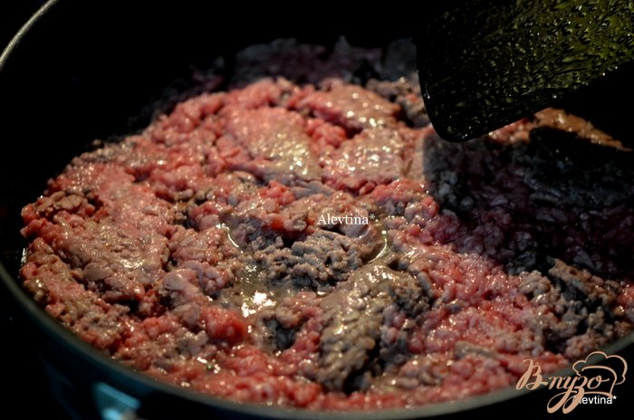 Фото приготовление рецепта: Запеканка с говяжим фаршем и пастой шаг №2
