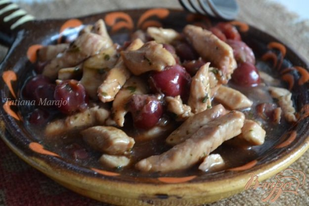 фото рецепта: Мясо куриных грудок с вишнями