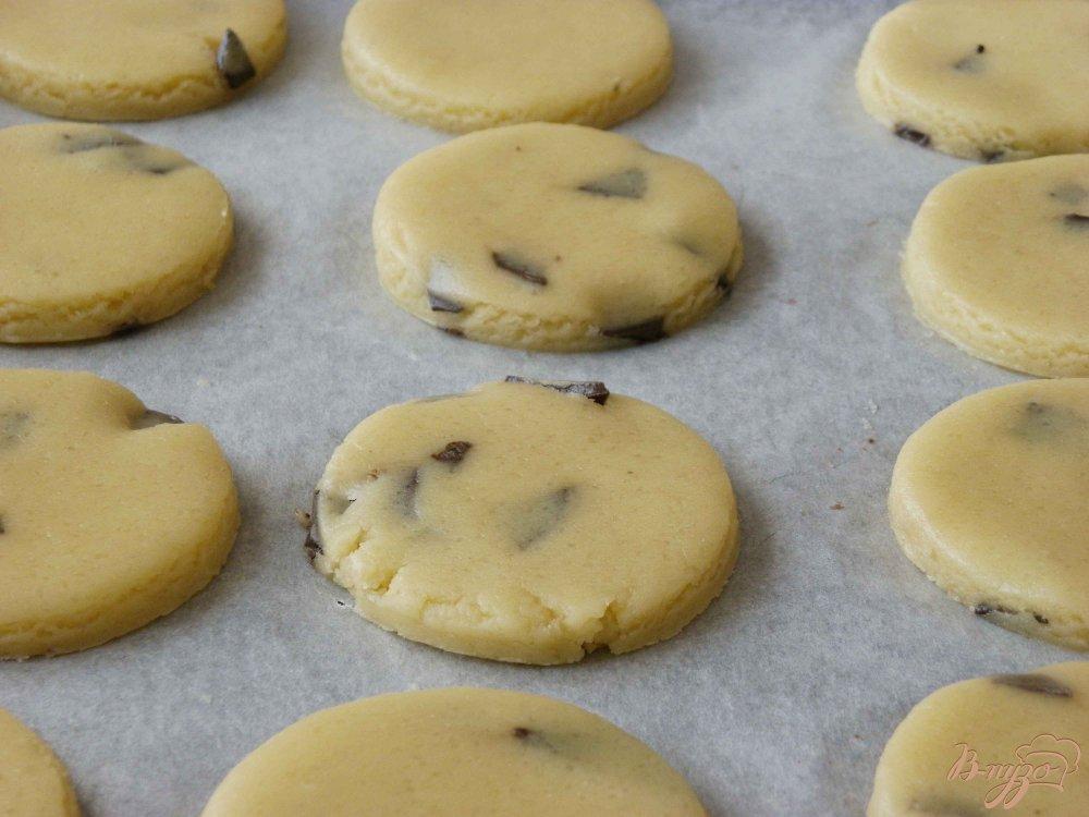 Фото приготовление рецепта: Печенье с шоколадом шаг №5
