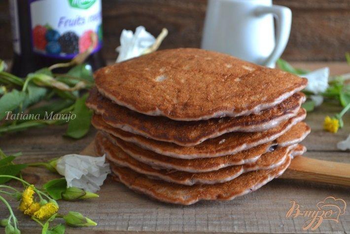 Фото приготовление рецепта: Бисквитные оладьи с ягодным конфитюром и овсом шаг №6