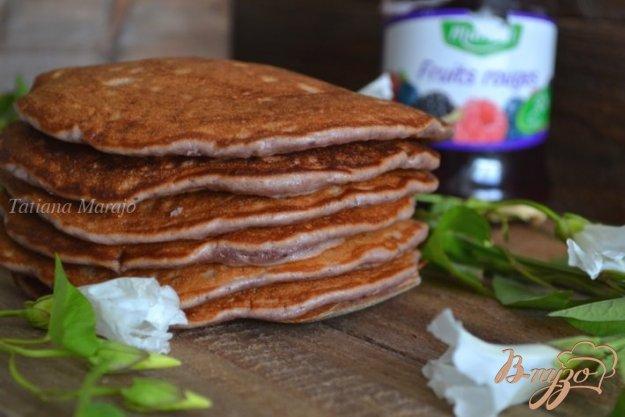 фото рецепта: Бисквитные оладьи с ягодным конфитюром и овсом