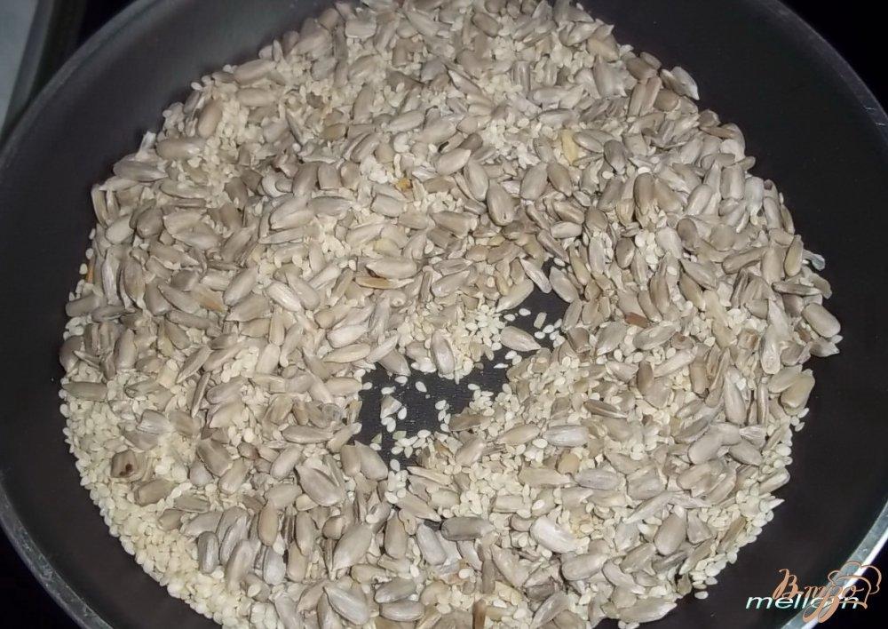 Фото приготовление рецепта: Кукурузно-пшеничное печенье с сыром и семечками шаг №1