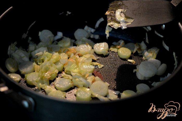 Фото приготовление рецепта: Суп с луком-порей ,с  овощами и авокадо шаг №1