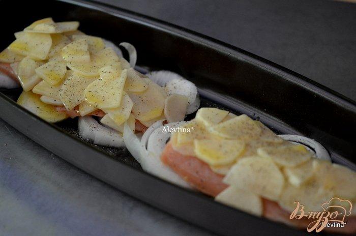 Фото приготовление рецепта: Семга с картофелем шаг №2