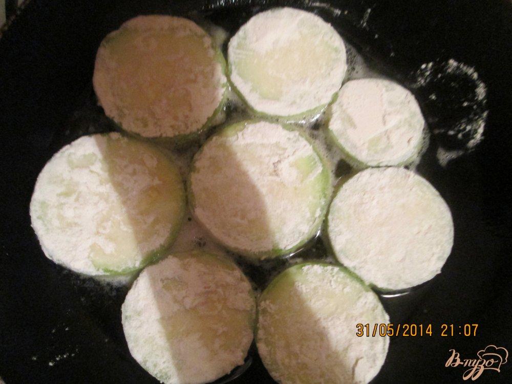 Фото приготовление рецепта: Жареные кабачки с майонезом и чесноком шаг №2