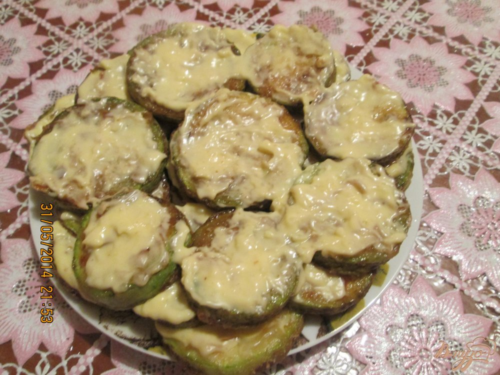 Фото приготовление рецепта: Жареные кабачки с майонезом и чесноком шаг №4