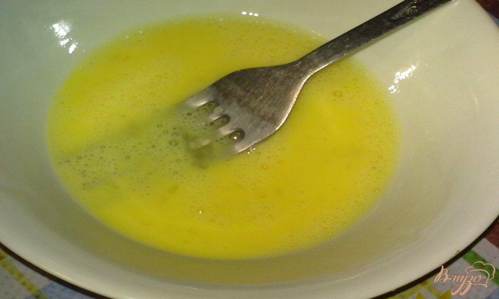 Фото приготовление рецепта: Куриный суп с яйцом шаг №4