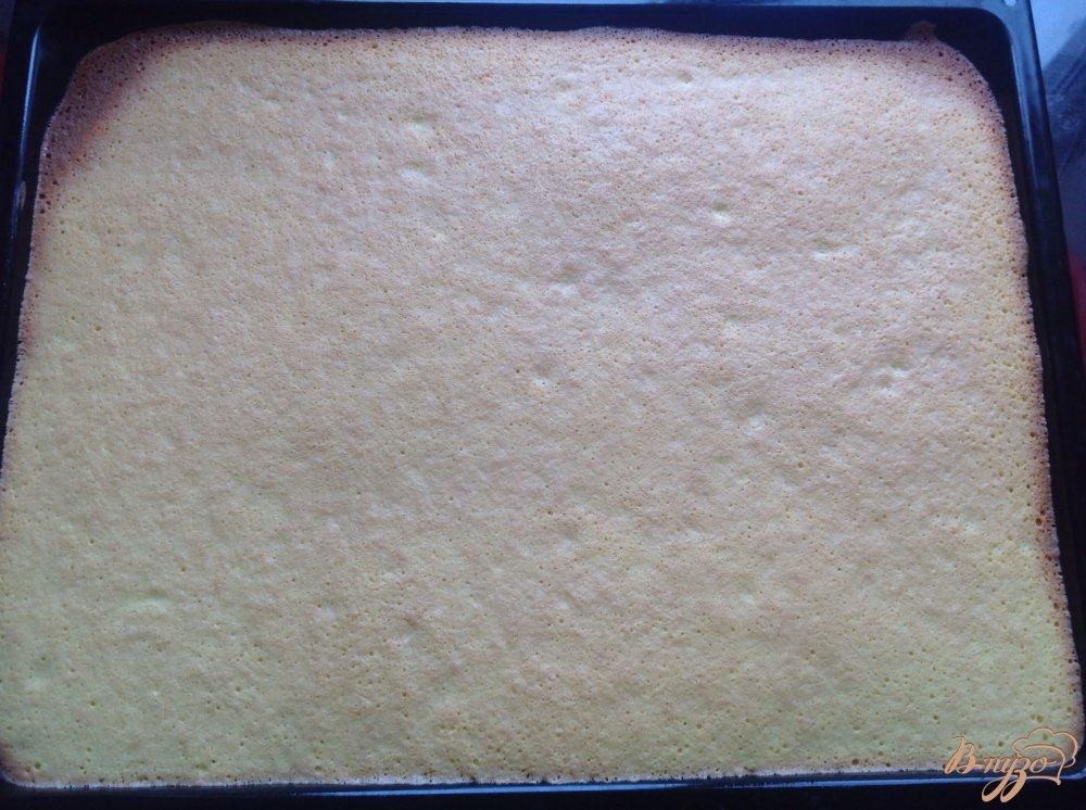 Фото приготовление рецепта: Бисквитный рулет неженка шаг №6