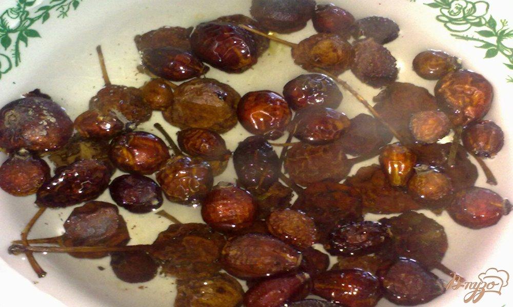 Фото приготовление рецепта: Компот из сушеных груши  и шиповника шаг №3