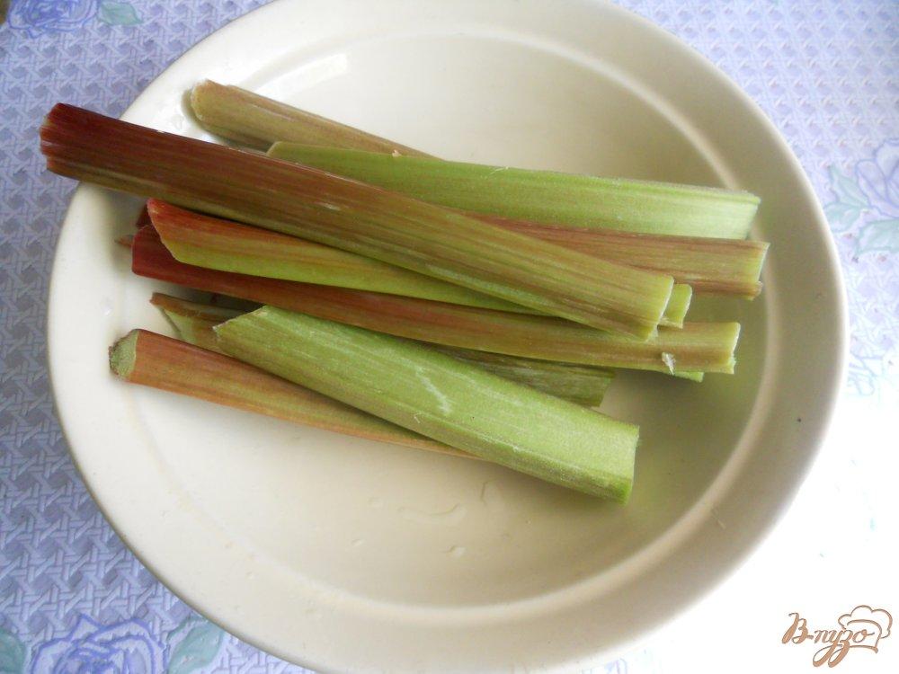 Фото приготовление рецепта: Компот из ревеня с мёдом шаг №1