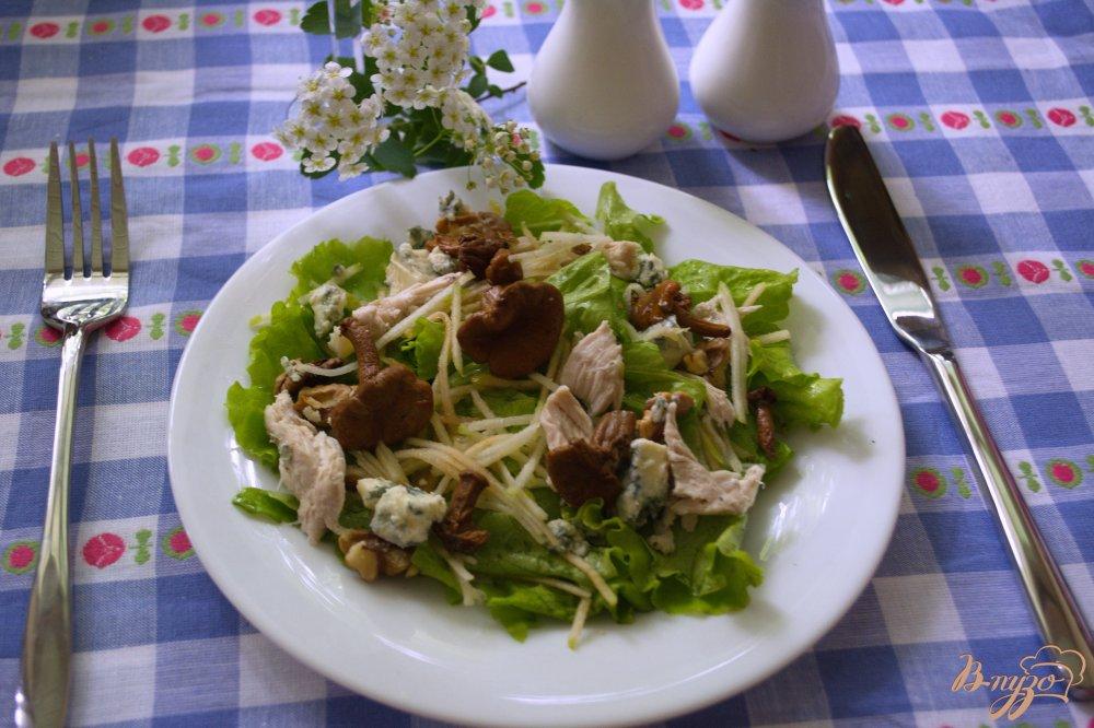 Фото приготовление рецепта: Сочный салат с голубым сыром и курицей шаг №4