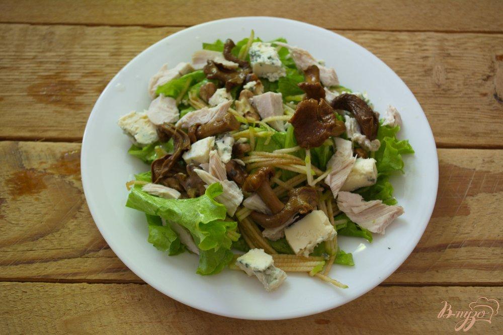 Фото приготовление рецепта: Сочный салат с голубым сыром и курицей шаг №3