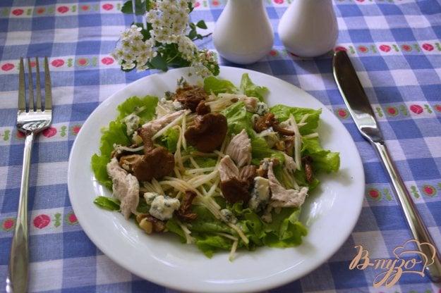 Рецепт Сочный салат с голубым сыром и курицей