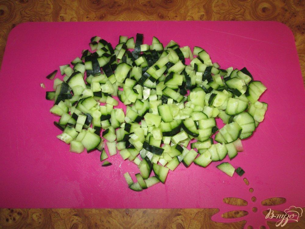 Фото приготовление рецепта: Салат с крабовыми палочками, сыром и болгарским перцем шаг №3