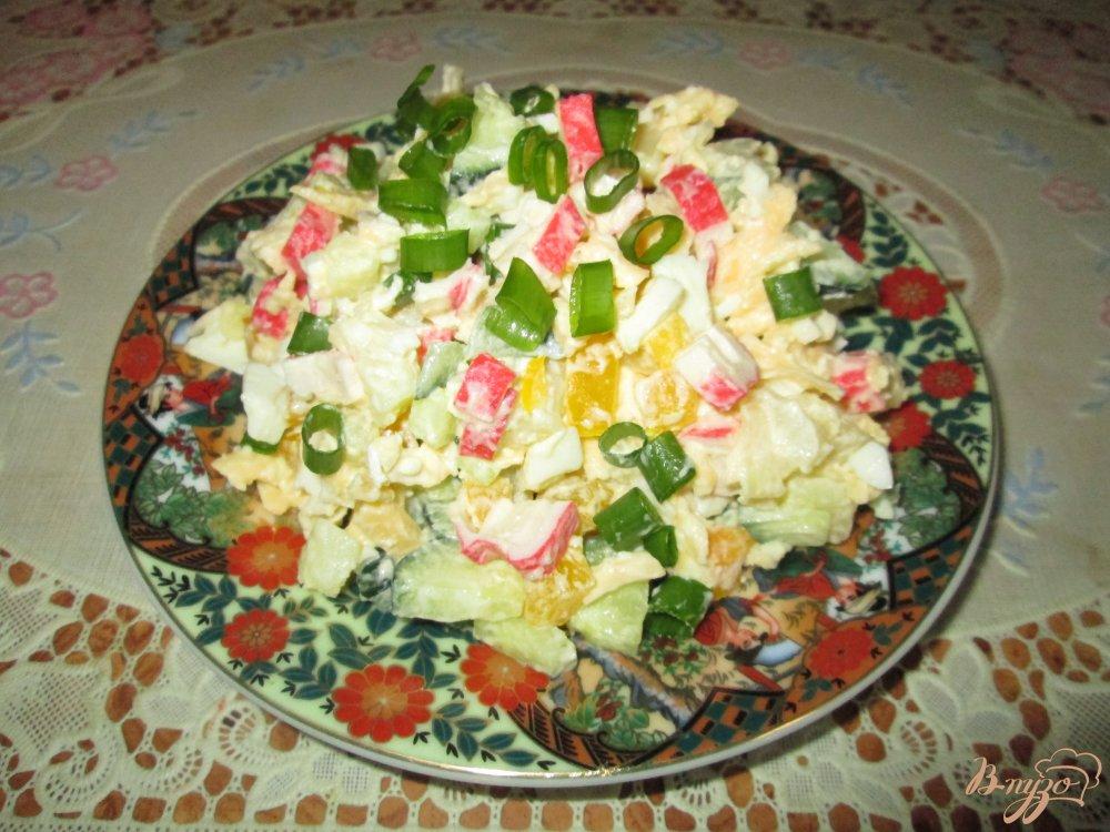 Фото приготовление рецепта: Салат с крабовыми палочками, сыром и болгарским перцем шаг №9