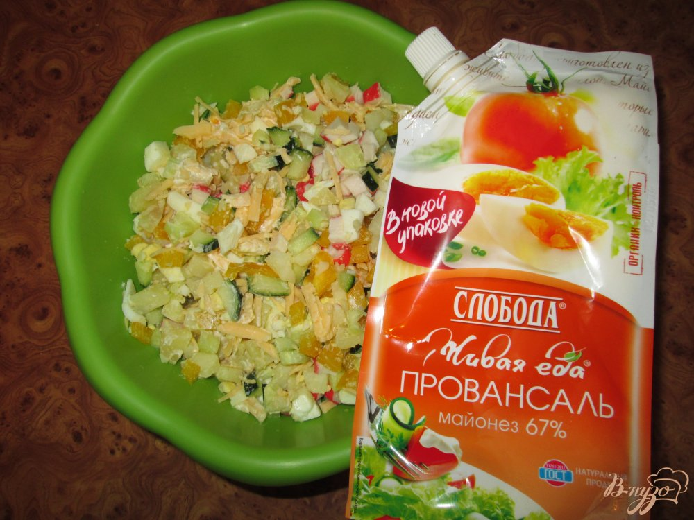 Фото приготовление рецепта: Салат с крабовыми палочками, сыром и болгарским перцем шаг №8