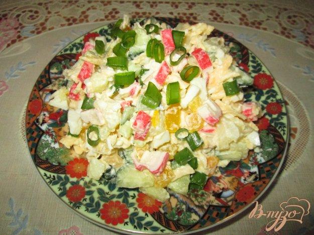 фото рецепта: Салат с крабовыми палочками, сыром и болгарским перцем