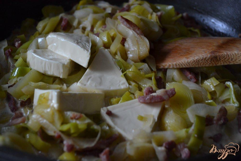 Фото приготовление рецепта: Отварной картофель на подушке из порея с ветчиной шаг №4