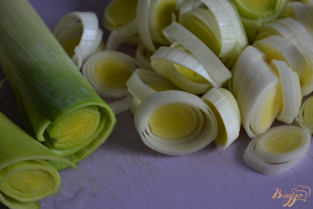Фото приготовление рецепта: Отварной картофель на подушке из порея с ветчиной шаг №2