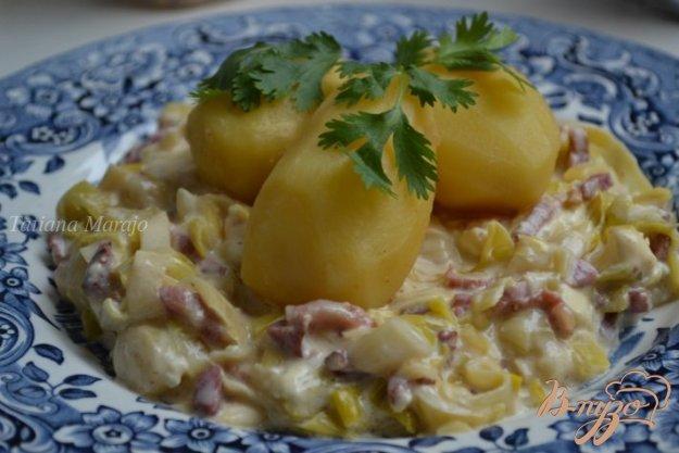 фото рецепта: Отварной картофель на подушке из порея с ветчиной