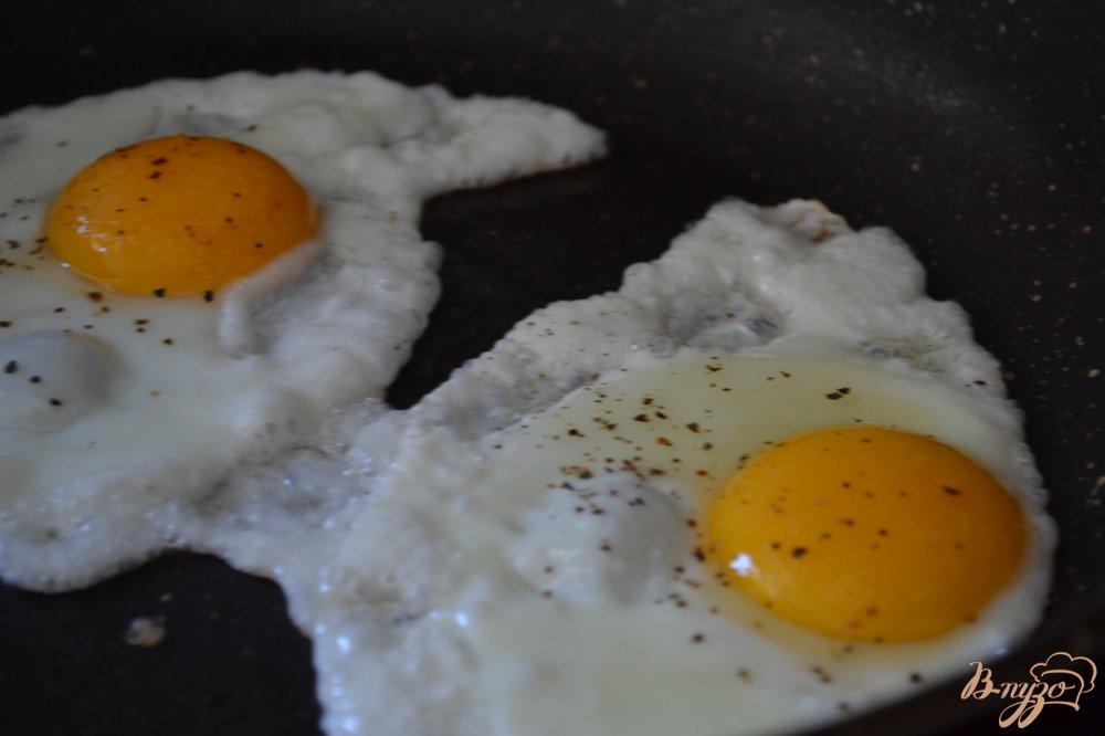 Фото приготовление рецепта: Хлебные тосты с яичницей шаг №3