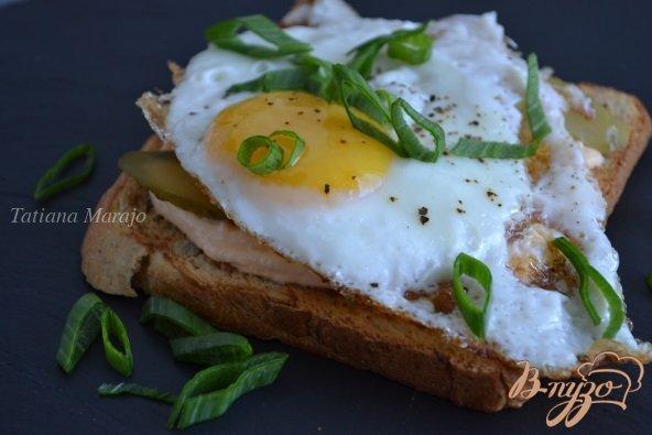 фото рецепта: Хлебные тосты с яичницей