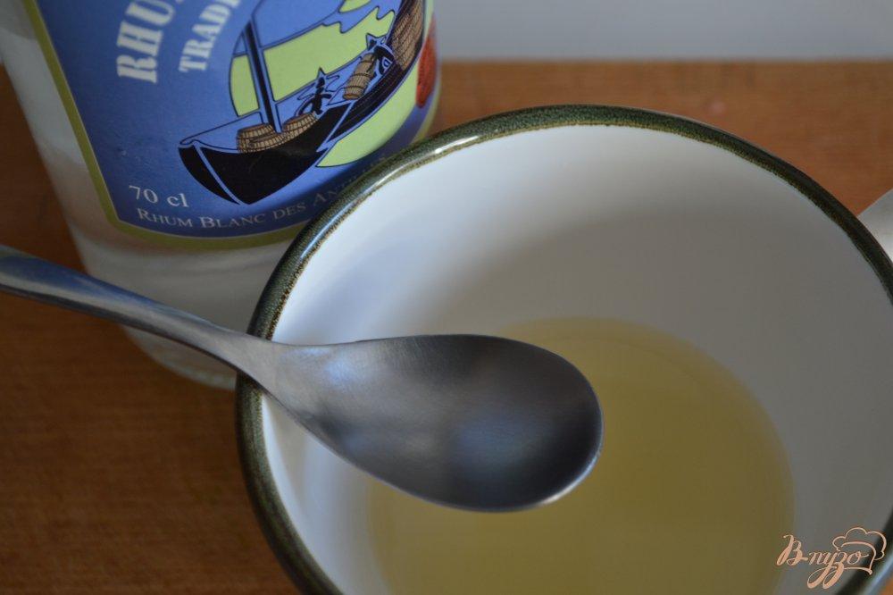Фото приготовление рецепта: Ромовые гренки из сдобной булочки шаг №2