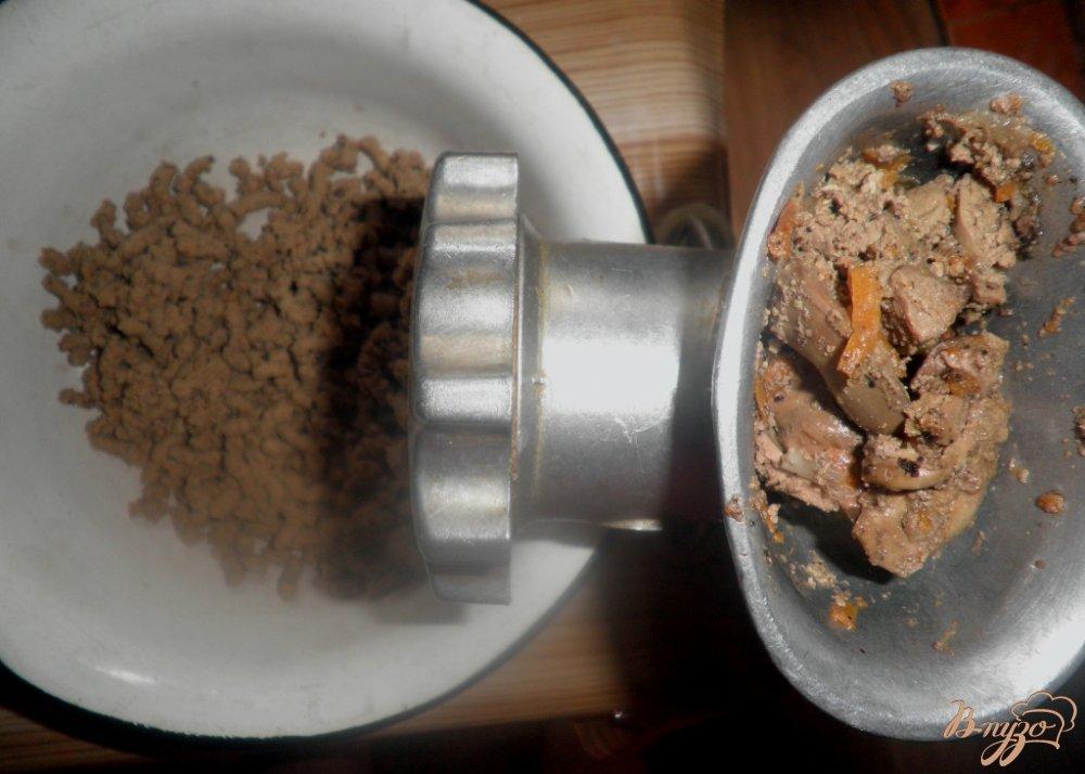 Фото приготовление рецепта: Сырно-печеночный рулет шаг №4