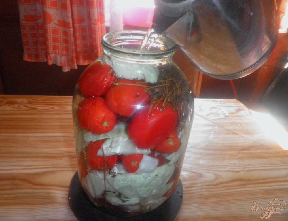 Фото приготовление рецепта: Консервированные помидоры с капустой и свеклой шаг №4