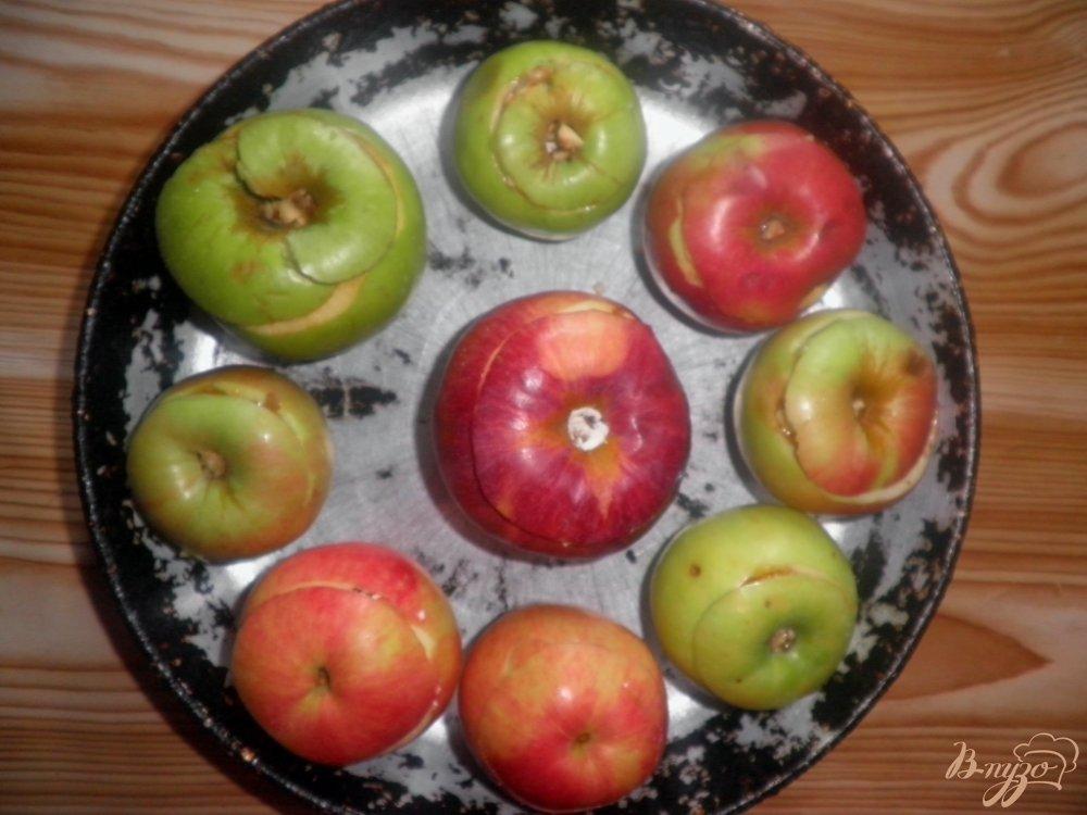 Фото приготовление рецепта: Запеченные яблоки с творогом и изюмом шаг №5